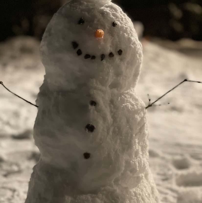 Glad snögubbe som byggts av deltagarna på Mindme
