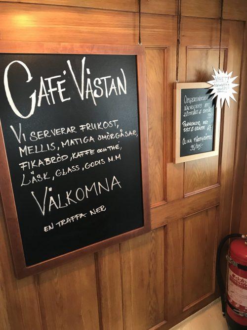 Besök på ett café. Kollar vad som serveras