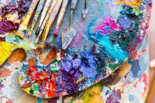 Konst i fokus. En palett med olika färger.