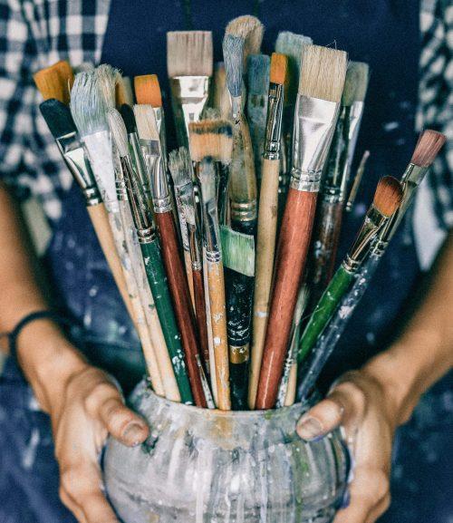 Olika penslar som hjälp att uttrycka sig genom konst