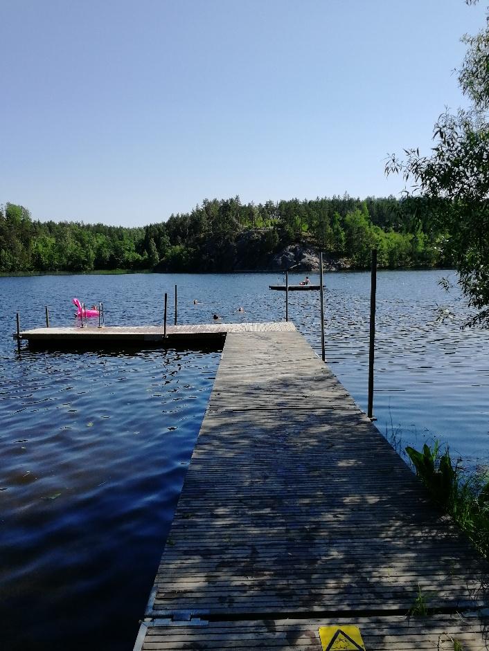 Badplats där deltagarna badar. Fint väder och solen skiner.