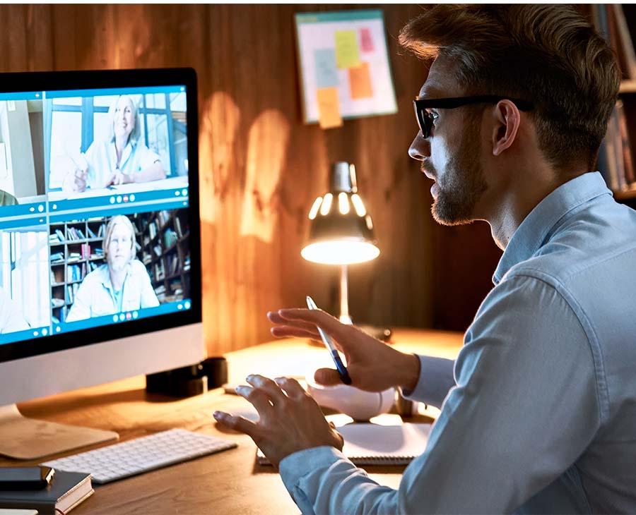 Person har möte online genom datorn