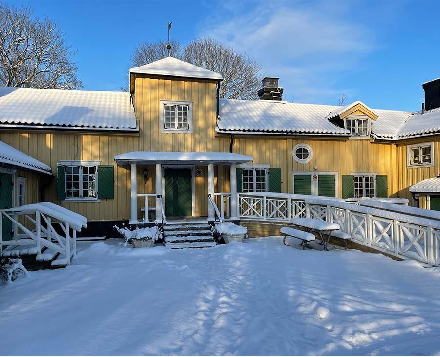 Vinter på Berga Gård. Mycket snö och sol
