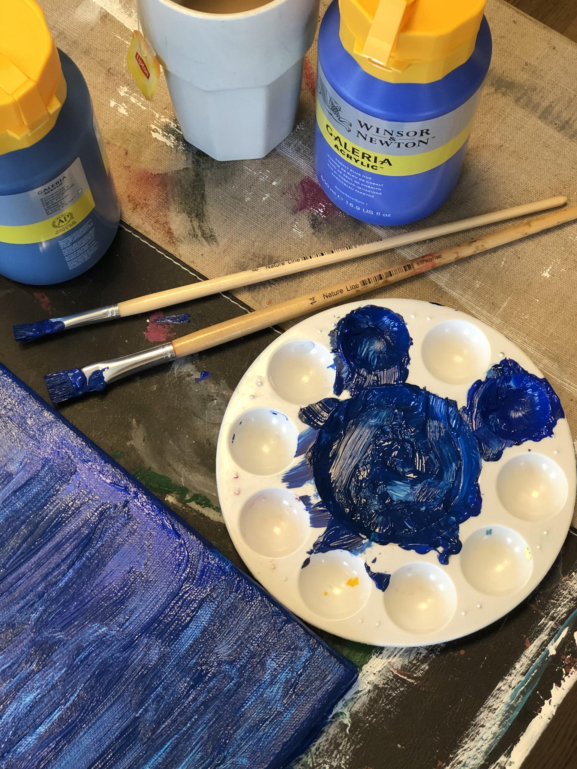 Blå färg med två olika penslar. Målning igångsatt