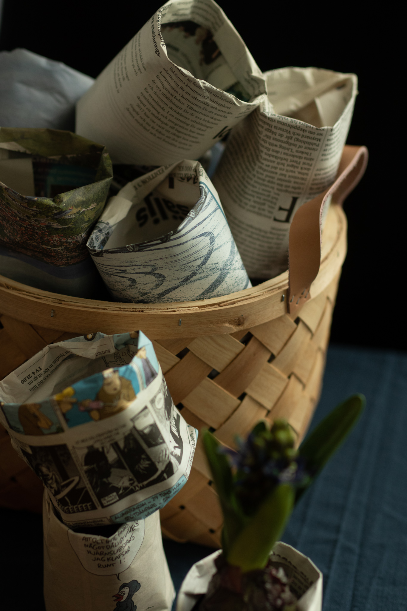 Hemmagjorda krukor av tidningspapper. Används till odling