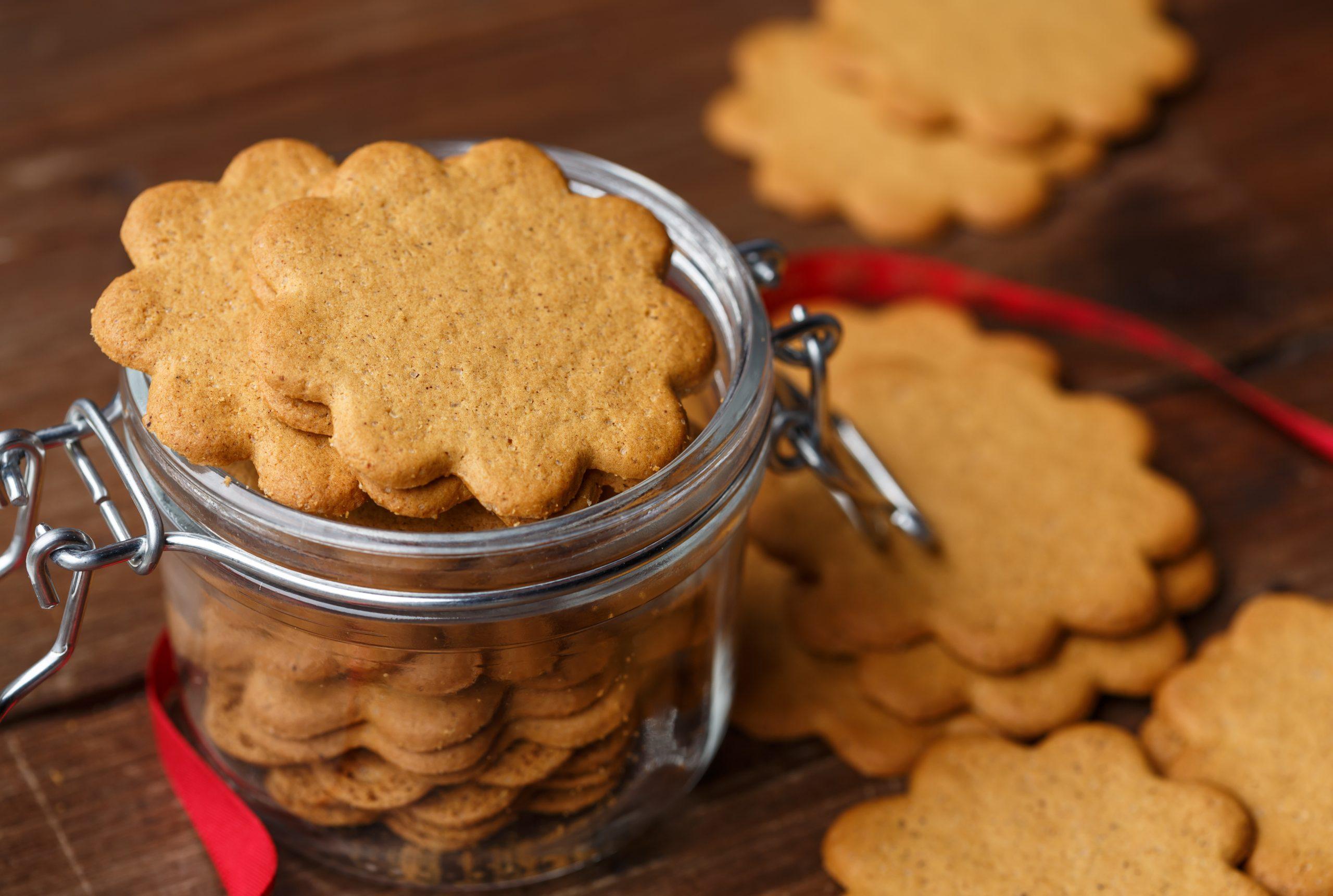 Bakar pepparkakor till fikat inför jul