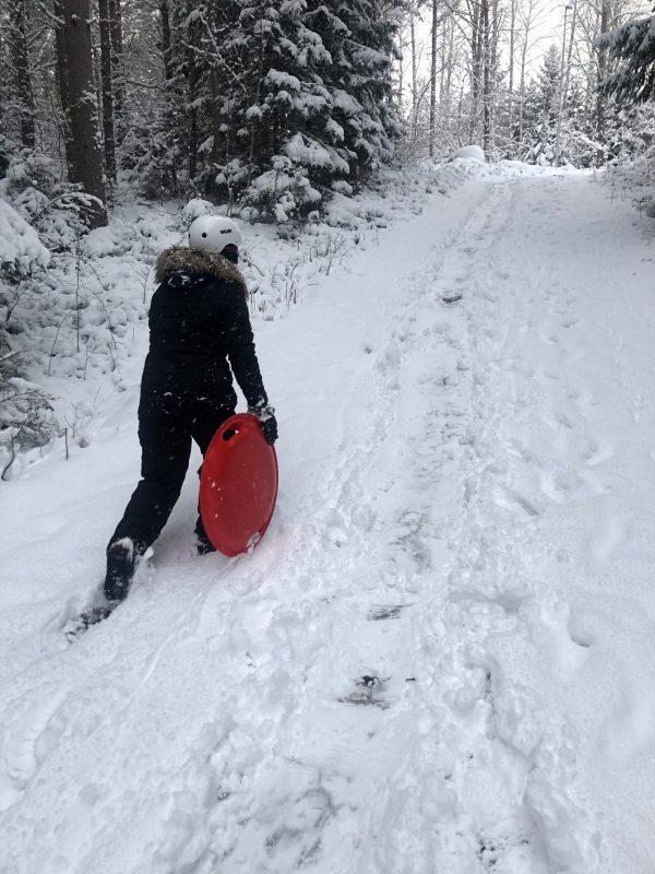 Pulkaåkning i snön under Mindme korttidsvistelse